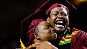 Esta madre faltó a su graduación universitaria para asistir a la de su hijo