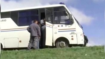 Una fuga de película: presos escapan de un bus