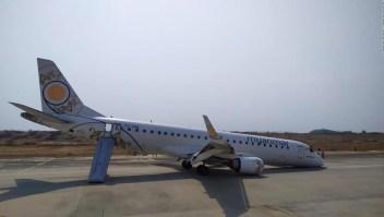 Hazaña en el aire: un avión aterriza sin ruedas delanteras