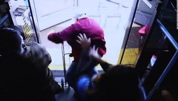 Anciano empujado de autobús