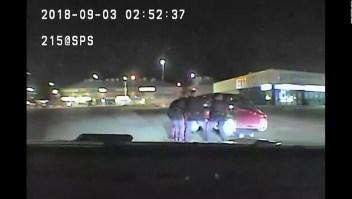 Policías levantan carro por dos minutos para salvar a un hombre