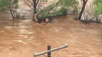 Logran rescatar a una mujer que era arrastrada por la corriente