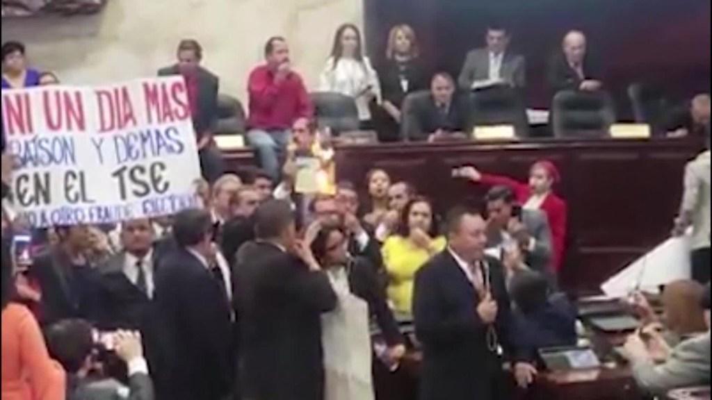 Diputados pelean a puños en parlamento de Tegucigalpa