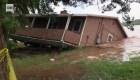 Mira esta casa caer al río tras tormentas en Oklahoma