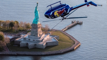 Este helicóptero hace giros y maniobras increíbles