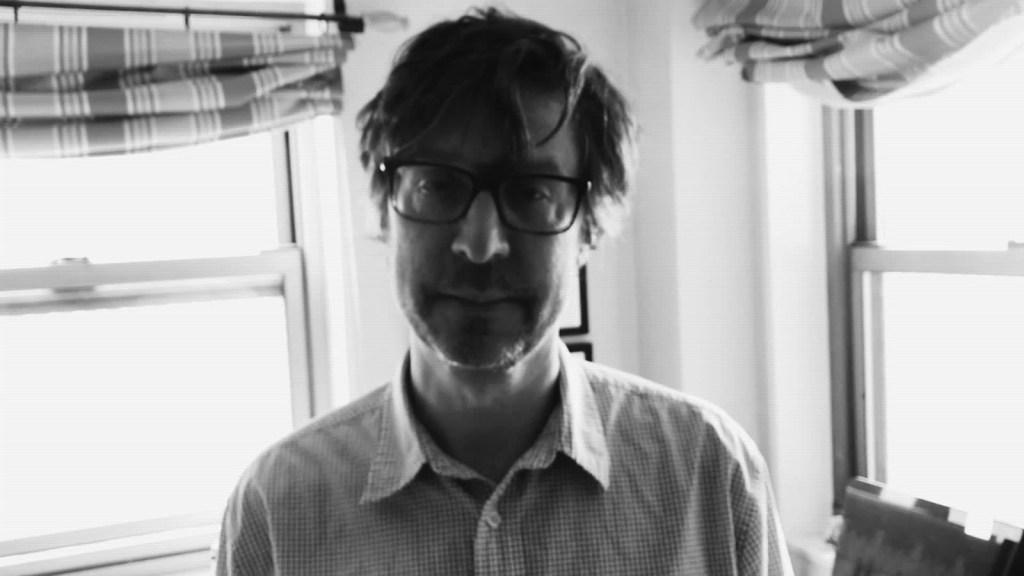 Él es Gerardo Cabrera y busca editor para su polémica novela