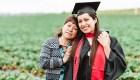 La historia detrás de la foto de la egresada con sus padres inmigrantes