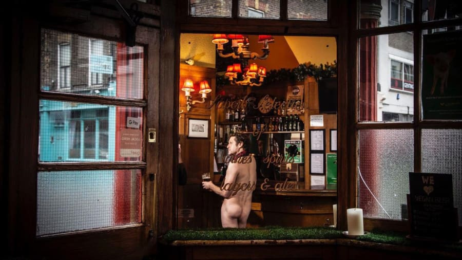 desnudos-londres-coach-and-horses-pub-4
