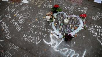 Mensajes escritos con tiza en el pavimento en recuerdo a las víctimas de la matanza de Christchurch. Crédito: DAVID MOIR / AFP / Getty Images