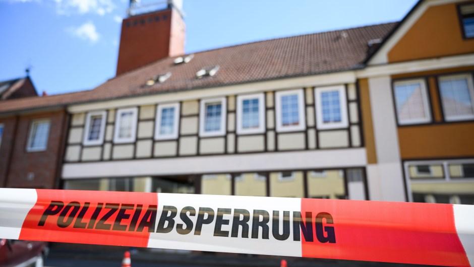 Una casa acordonada en Wittingen, en el norte de Alemania, donde se encontraron dos cadáveres el 13 de mayo de 2019 durante las investigaciones sobre las muertes de tres personas asesinadas con ballesta. Crédito: CHRISTOPHE GATEAU / AFP / Getty Images.