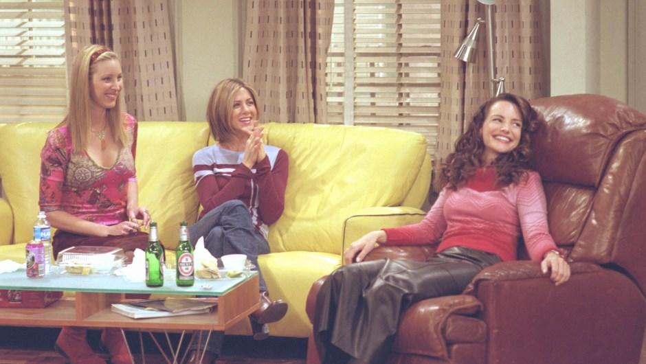 """De izquierda a derecha, Lisa Kudrow (Phoebe Buffay), Jennifer Aniston (Rachel Green) y Kristin Davis (Erin) en un episodio de """"Friends"""". Crédito: Warner Bros. Television"""