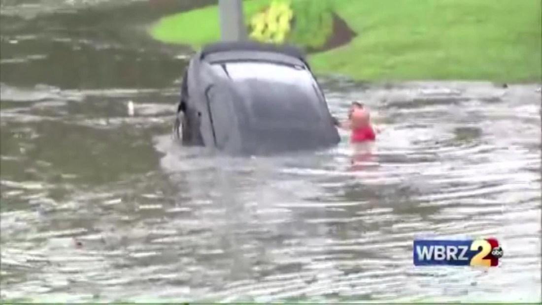 Rescatan a una mujer atrapada dentro de un auto semihundido