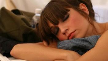 Dormir con la luz apagada evita engordar
