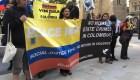 """Manifestantes le gritan """"asesino"""" al presidente de Colombia a su llegada a Londres"""