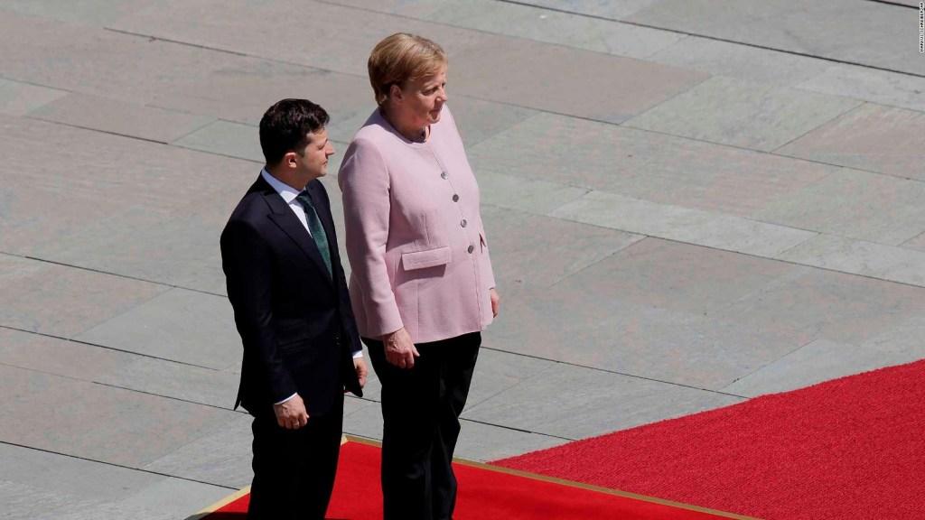 Captan a Angela Merkel visiblemente temblorosa