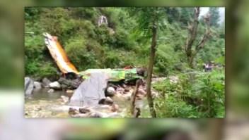 Un autobús cae por un barranco y deja 32 muertos