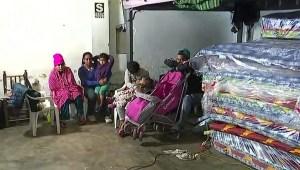 Venezolanos hallan refugio del frío en este albergue en Lima