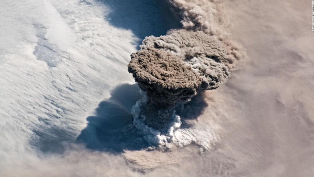 Así se ve una erupción volcánica desde el espacio