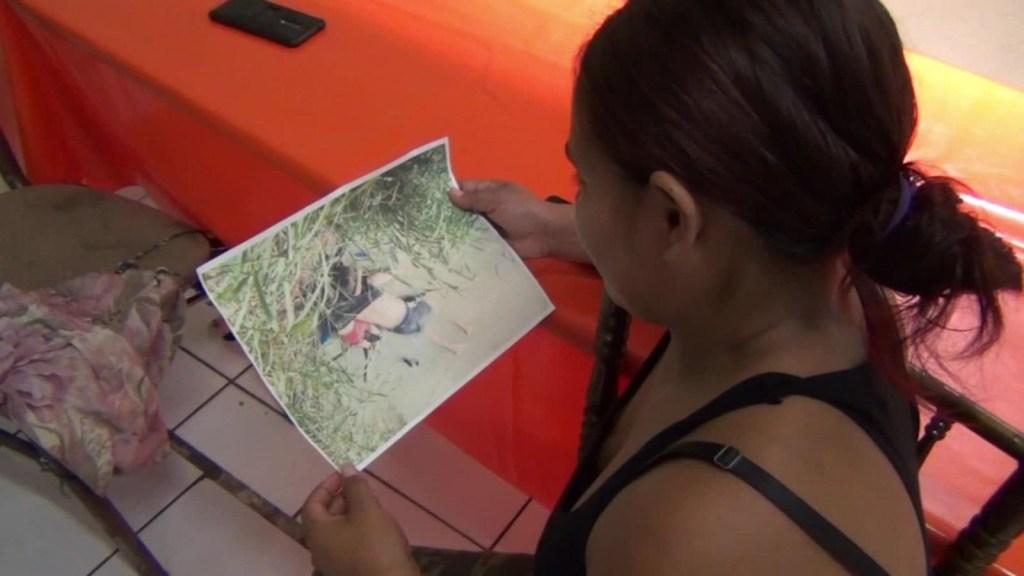 Migrantes reaccionan a la fotografía de padre e hija ahogados