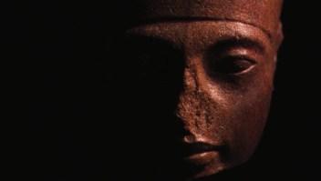 La polémica subasta de la estatua de Tutankamón