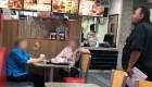 Mujeres regañan a gerente de Burger King por hablar español