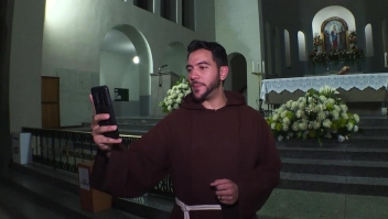 Este peculiar sacerdote predica así la palabra de Dios