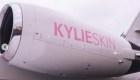 Kylie Jenner personalizó un jet para publicitar su marca