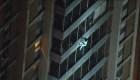 Se convierte en el 'hombre araña' para salvarse
