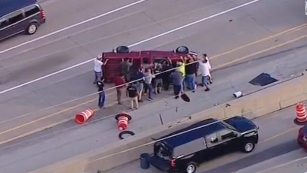 Video muestra impactante rescate en una autopista