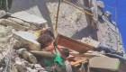 niña colgando siria bombardeos