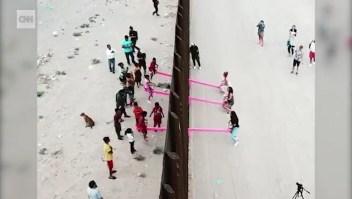 Un sube y baja atraviesa la frontera entre EE.UU. y México