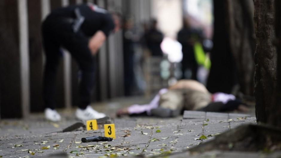 Un equipo forense observan el arma cada en un asalto en la colonia La Condesa el 6 de mayo de 2019. (Crédito: PEDRO PARDO/AFP/Getty Images)