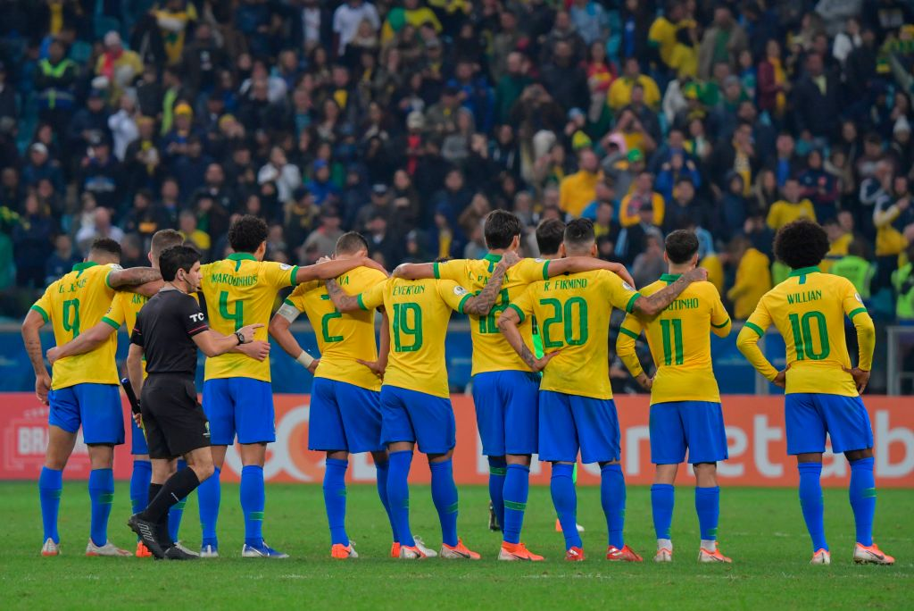 Players of Brazil stand together during thepenalty shoot-out against Paraguay after tying 0-0 during their Copa America football tournament quarter-final match at the Gremio Arena in Porto Alegre, Brazil, on June 27, 2019. (Photo by Luis ACOSTA / AFP)        (Photo credit should read LUIS ACOSTA/AFP/Getty Images)