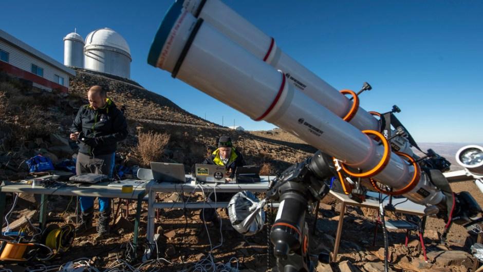 Astrónomos preparan su equipo para el eclipse solar en La Silla, en el Observatorio Europeo del Sur en La Higuera, Chile (MARTIN BERNETTI/AFP/Getty Images)