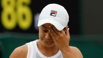 La australiana Ashleigh Barty reacciona después de perder un punto contra la estadounidense Alison Riske durante su partido de cuarta ronda de Wimbledon el 8 de julio de 2019. Crédito: ADRIAN DENNIS / AFP / Getty Images