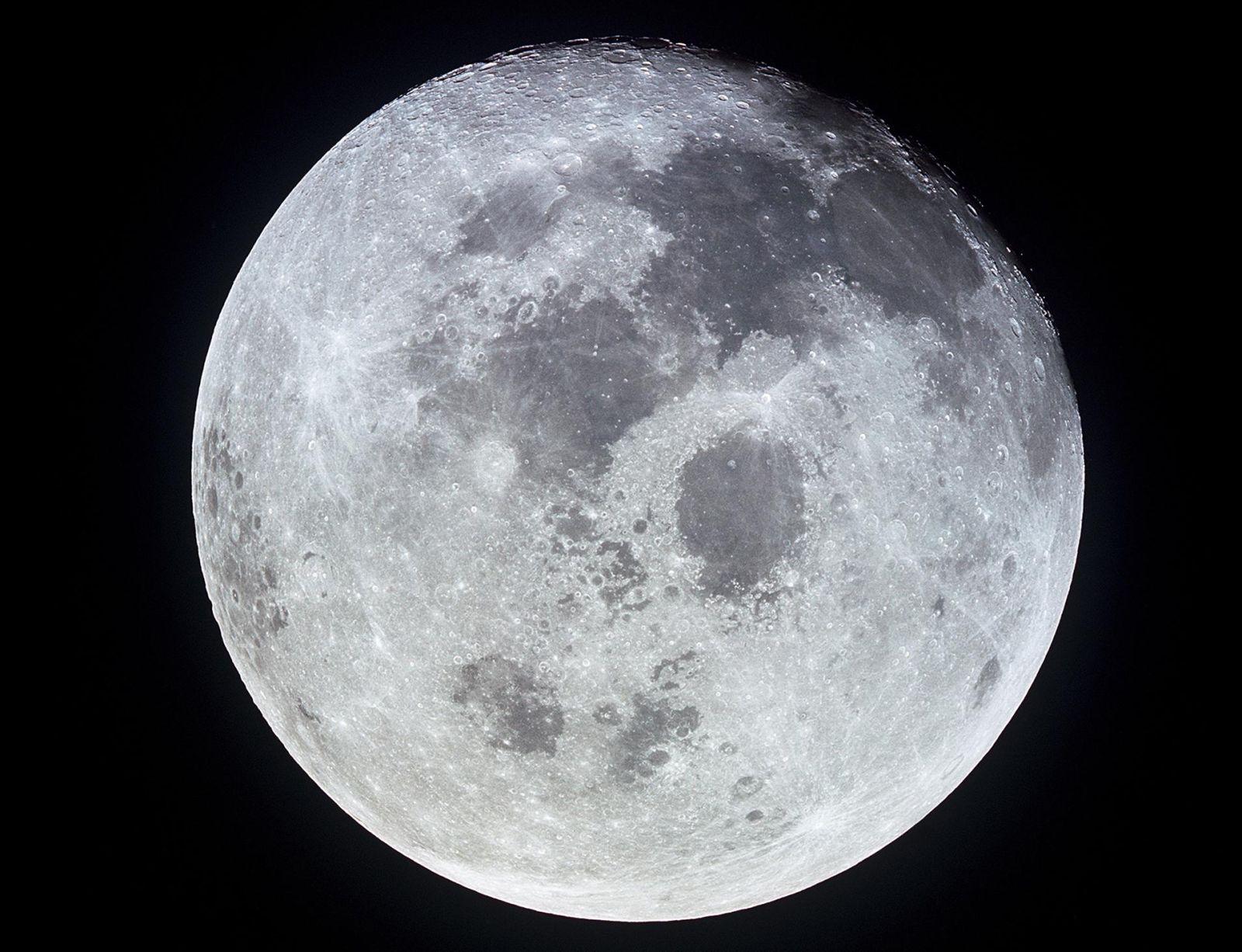 La Luna puede contener más agua de lo que se creía, anuncia la NASA | CNN