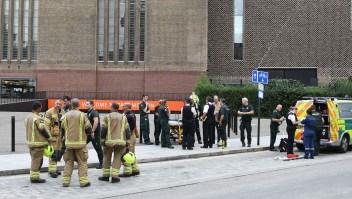 Niño lanzado de piso 10 del Tate, en condición crítica