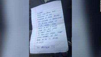 Mujer recibió carta de vecino quejándose del exterior de su casa, pero tiene a su hijo enfermo