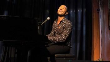 John Legend sorprende a familias de las víctimas de Dayton