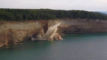 Estaban en un kayak y un acantilado se derrumbó a pocos metros