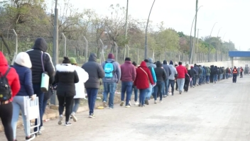 Argentinos pasan 18 horas en una fila por un trabajo
