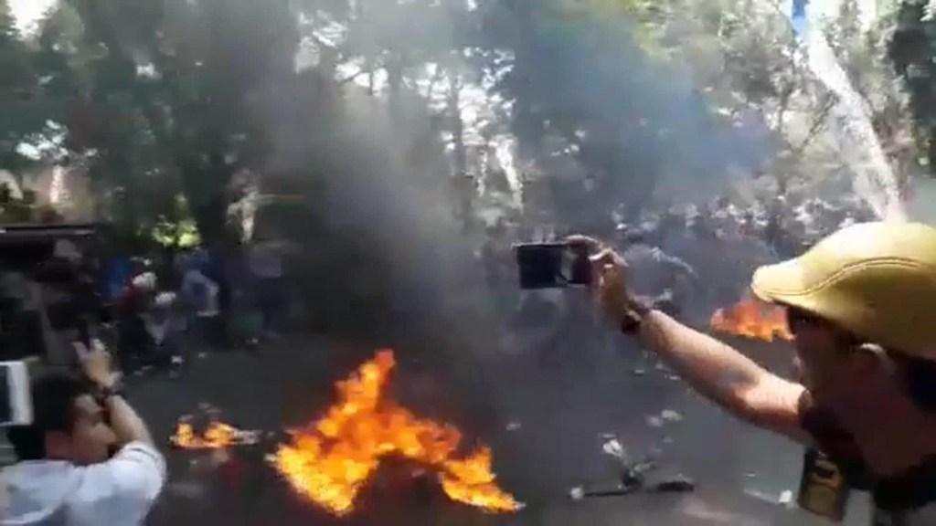 Tres policías quemados durante manifestación en Indonesia