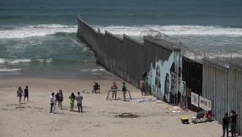 Los rostros de la inmigración en un muro fronterizo