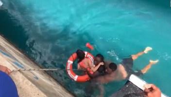 Dramático rescate de mujer en silla de ruedas que cayó al mar