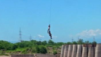Captan el rescate de dos hombres varados en río de India