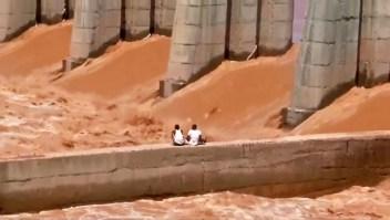Mira el rescate de dos pescadores varados en un río