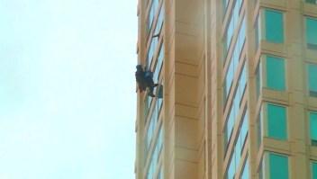 Limpiaba ventanas de un rascacielos y se quedó colgado