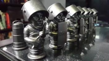 Artista puertorriqueño crea un ajedrez combativo