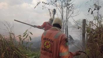 Valientes bomberos combaten el fuego en el Amazonas