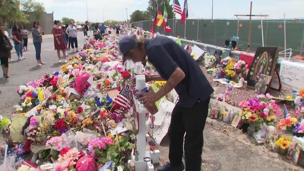 Tony Basco en el memorial de su esposa.